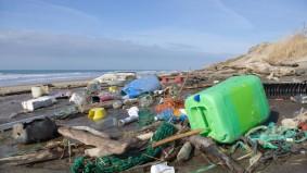 Barreira que promete limpar os oceanos é instalada na Holanda para testes