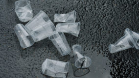 União Europeia negocia para banir plásticos descartáveis no continente