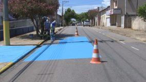 Cidade pinta ruas de azul para combater o calor