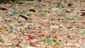 Após chuvarada, Tietê transborda e garrafas pet formam rio de lixo