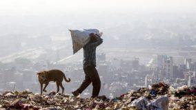 Montanha de lixo na Índia já tem mais de 65 metros de altura