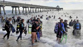 Grupo de mergulhadores quebra recorde de limpeza submarina