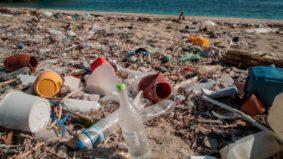Voluntários coletam lixo das praias em várias partes do Japão