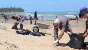 Detentos de Alagoas ajudam na limpeza das praias com manchas de óleo