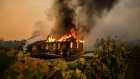 Milhares de pessoas na Califórnia são obrigadas a deixarem suas casas por causa de incêndios