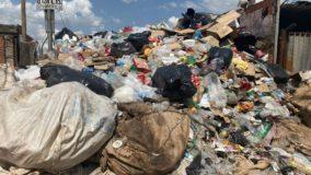 Homem acumula 'montanha' de lixo que invade até calçada em Goiânia
