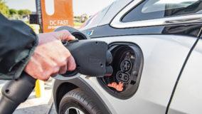 Curitiba isenta carros elétricos de pagar estacionamento rotativo