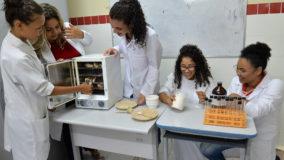 Estudantes de Sergipe desenvolvem plástico biodegradável