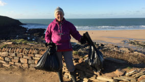 Inglesa cumpre promessa de ano novo e limpa 52 praias