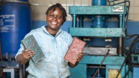 Startup queniana transforma plástico em tijolos mais fortes do que concreto