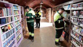 Garis turcos criam biblioteca com livros que iriam para o lixo