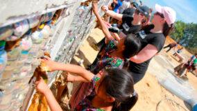 ONG reaproveita resíduos para construir escolas na Guatemala