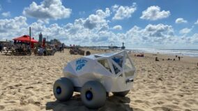Robô coleta bitucas na praia
