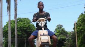 Adolescente fabrica moto de madeira com energia solar